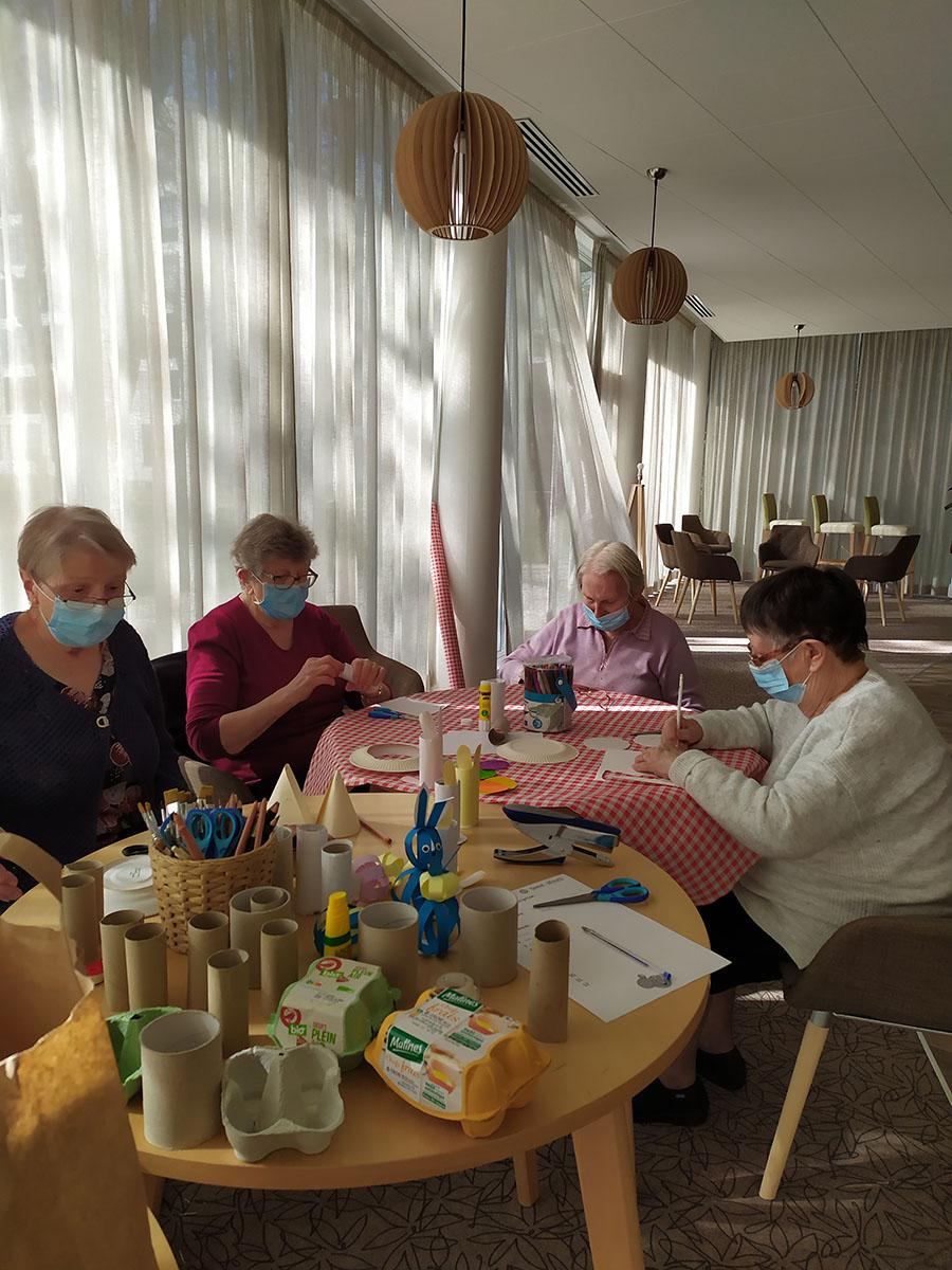 Activité préparation de pâques en résidence services seniors