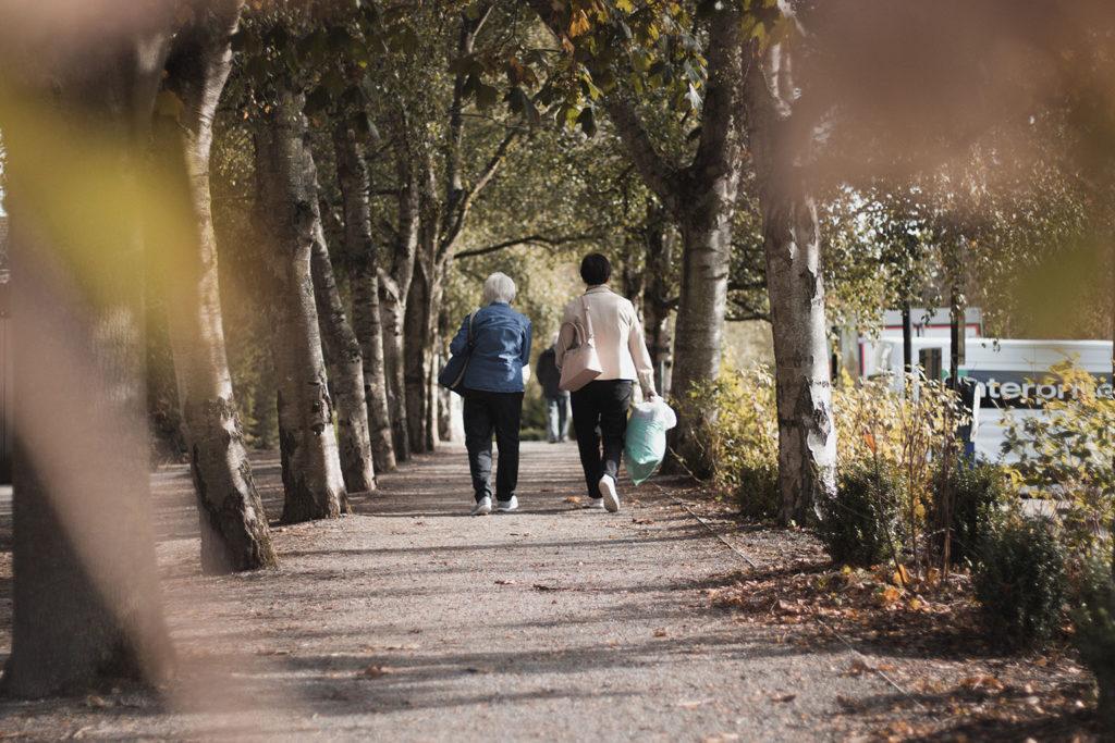 Seniors qui marchent à l'extérieur